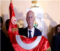 انتخابات تونس| شاهد.. ماذا فعل قيس سعيد بالعلم التونسي؟