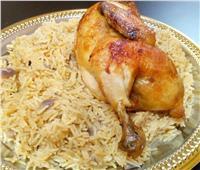 طبق اليوم .. «دجاج محمر مع أرز بالمرقة»