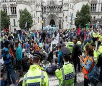 احتجاجات على تغير المناخ في وسط لندن..وناشطة تتسلق بوابة وزارة النقل