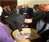 وزير الإسكان يستعرض الغطاء الآمن لبالوعات الصرف الصحى لمواجهة ظاهرة السرقة