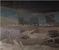 صور| انهيار جزئي بعقار قديم في حي الخليفة