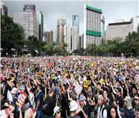 الآلاف يخرجون في مسيرة غير قانونية بهونج كونج وإغلاق محطات مترو