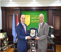 رئيس جامعة الإسكندرية يبحث سبل التعاون العلمي مع عمدة مدينة بافوس القبرصية