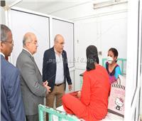 رئيس جامعة أسيوط يزور ضحية «عضة الكلب» للاطمئنان على حالتها الصحية
