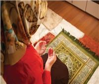 هل تجوز صلاة الزوج بزوجته «جماعة»؟.. «الإفتاء» تجيب