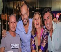 صور وفيديو| «ساويرس» ويسرا يحتفلان بنجاح «حبيبي يا ليل» مع «أبو»