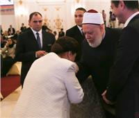 رجاء الجداوي تقبل يد علي جمعة في احتفالية صندوق «تحيا مصر»