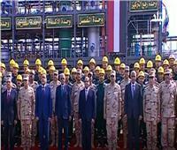 صورة تذكارية للسيسي مع عمال مصنعي الصناعات الطبية والهيدروجين