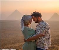 صور| كاتي بيري تحتفل بعيد ميلادها في مصر بـ«الشيشة»