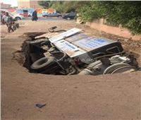 صور| هبوط أرضي يتسبب في سقوط سيارة صرف صحي برأس غارب