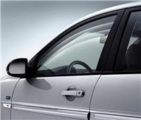 في 5 خطوات.. كيف تتخلص من الملصقات القديمة على زجاج سيارتك؟