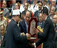 فيديو| وزير الأوقاف يهدي الرئيس السيسي نسخة من القرآن الكريم