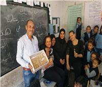 صور| أقباط يوزعون حلوى المولد على طلاب ومعلمي مدرسة بنجع حمادي