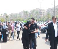 صور| انهيار والدة أكرم حسني في عزاء زوجها