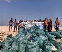 بمشاركة سائحين وطلاب.. تنظيف شواطئ جزيرة مجاويش بالغردقة