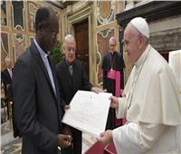 البابا فرنسيس يسلم جائزة «راتزنغر»