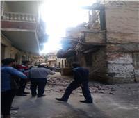 صور  انهيار جزئي بعقارين بحي الجمرك في الإسكندرية