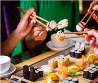 فيديو| طبيب باطنة يحذر من تناول «السوشي»