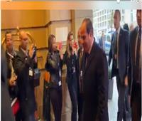 فيديو| لحظة وصول السيسي لمقر إقامته ببرلين ووقوفه لتحية أبناء الجالية المصرية