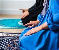 هل يمكن المرأة الصلاة بمكان مكشوف في حالة عدم وجود مسجد؟.. «الإفتاء» تجيب