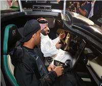 صور| النجم البرازيلي «رونالدينيو» أول مشترٍ بمزاد الرياض للسيارات