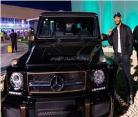 محمد رمضان يشتري «مرسيدس» نادرة بمعرض الرياض للسيارات