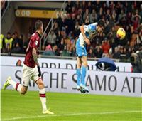 ميلان يتعادل بصعوبة مع نابولي في قمة الدوري الإيطالي