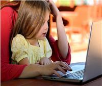 الأمهات السبب الأول .. دراسة تكشف سبب ارتباط الأطفال بالشاشات