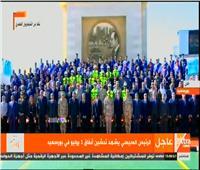 الرئيس السيسي يلتقط صورة تذكارية خلال افتتاحه مشروعات بورسعيد