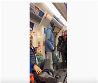 فيديو  «سيدة مسلمة» تتصدى لإساءات دينية ضد يهودي في لندن
