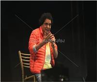 صور  للمرة الثانية.. محمد منير يُغني على كرسي