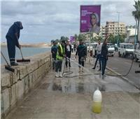 الصور| بالزيوت والشحوم.. مجهولون يشوهون كورنيش الإسكندرية للمرة الثانية