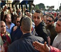 صور| محمود الليثي ينهار من البكاء في جنازة شعبان عبد الرحيم