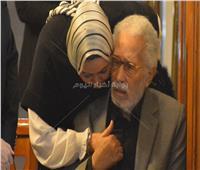 «جلس على كرسي».. مشاهد من عزاء زوجة عبدالرحمن أبو زهرة