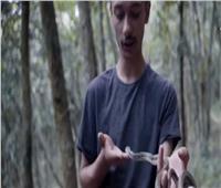 فيديو   يعيش مع الثعابين ويحتفظ بأفاعي سامة في منزله.. تعرف عليه