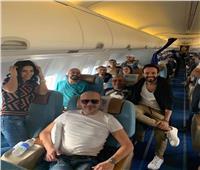 تامر حسني في طريقه لاستلام جائزته من موسوعة جينيس