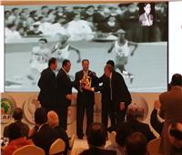 القمودي رمز الرياضة الإفريقية بجوائز الأوكسا
