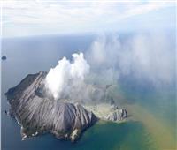 مصرع شخص وإصابة عدد من السياح عقب ثورة بركان بنيوزيلندا