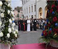 البابا فرنسيس يصلى للسيدة العذراء