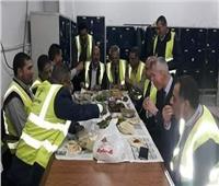 لقطة اليوم.. رئيس مصر للطيران شارك عمال المهبط الإفطار