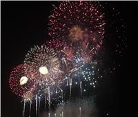 شجرة الكريسماس والألعاب النارية تضئ سماء منتدى شباب العالم