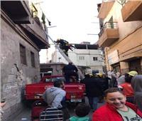 شاهد| إنقاذ سيدتين و5 أطفال بعد انهيار سلم عقار بباب الشعرية
