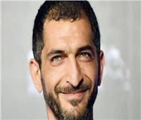 بلاغ يتهم الهارب عمرو واكد بالتحريض ضد الدولة المصرية