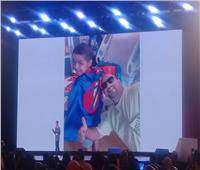 صور.. الطفل زين «محارب السرطان» يحكي قصة الأمل والإيمان بمنتدى شباب العالم