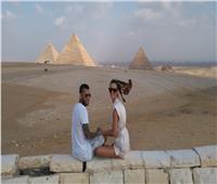 لاعب الكرة البرازيلي «دانييل الفيس» وزوجته يزوران الأهرامات