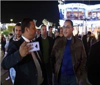 بالفيديو  رئيس الوزراء يحاور المواطنين والسياح خلال جولة في «سوهو سكوير» بشرم الشيخ