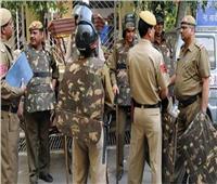 طالبات مسلمات يتصدين للشرطة الهندية في احتجاجات على قانون الجنسية الجديد