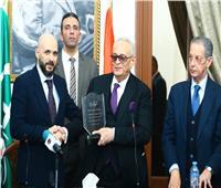 «الوفد» يكرم جامعة مصر للعلوم والتكنولوجيا ويهدي درع التكريم إلى الدكتور خالد الطوخي