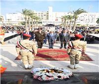 محافظ بورسعيد يضع إكليلا من الزهور على النصب التذكاري