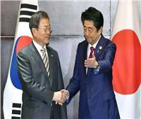 زعيما كوريا الجنوبية واليابان يجتمعان لأول مرة منذ شهور مع استمرار التوتر